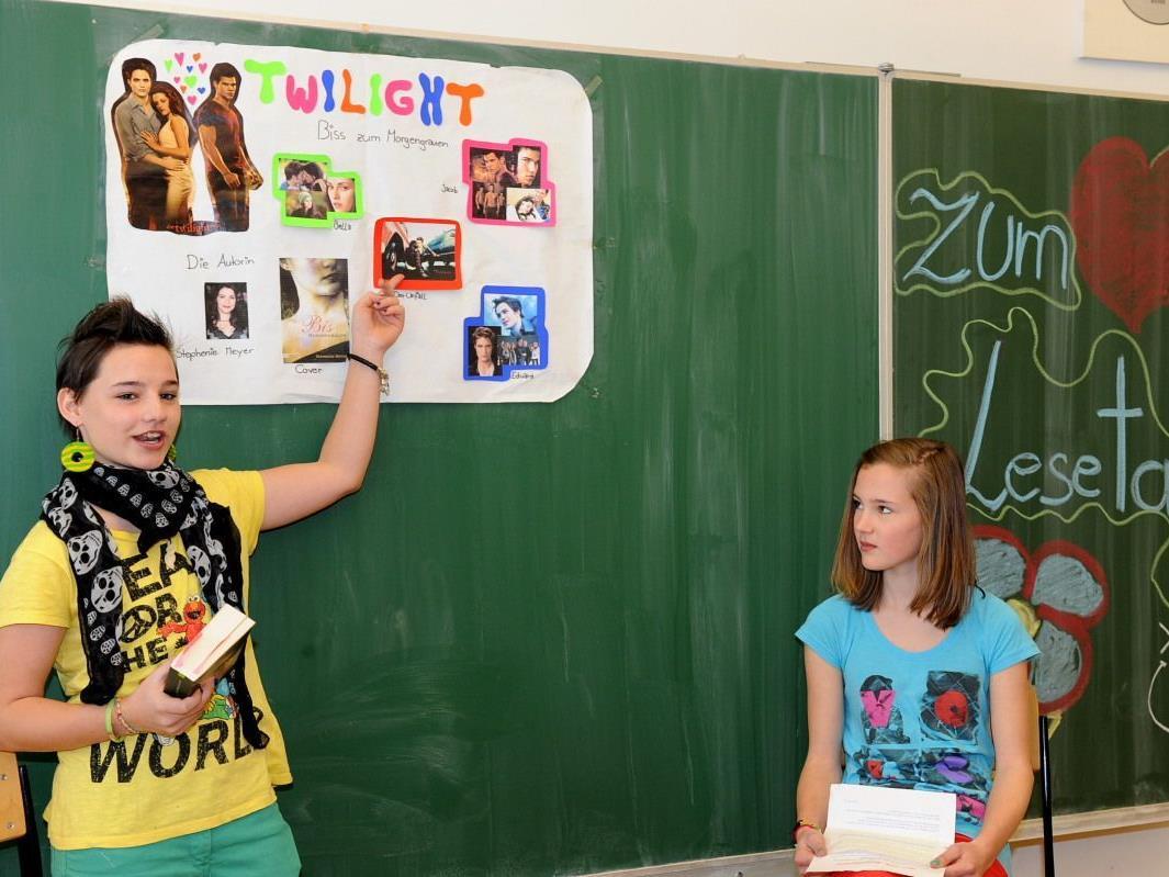 Mit tollen Plakaten präsentierten Viktoria und Hannah ihr Lieblingsbuch.