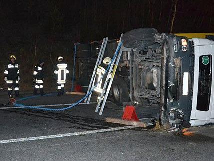 Auf der A2 war ein Lkw umgestürzt und musste geborgen werden