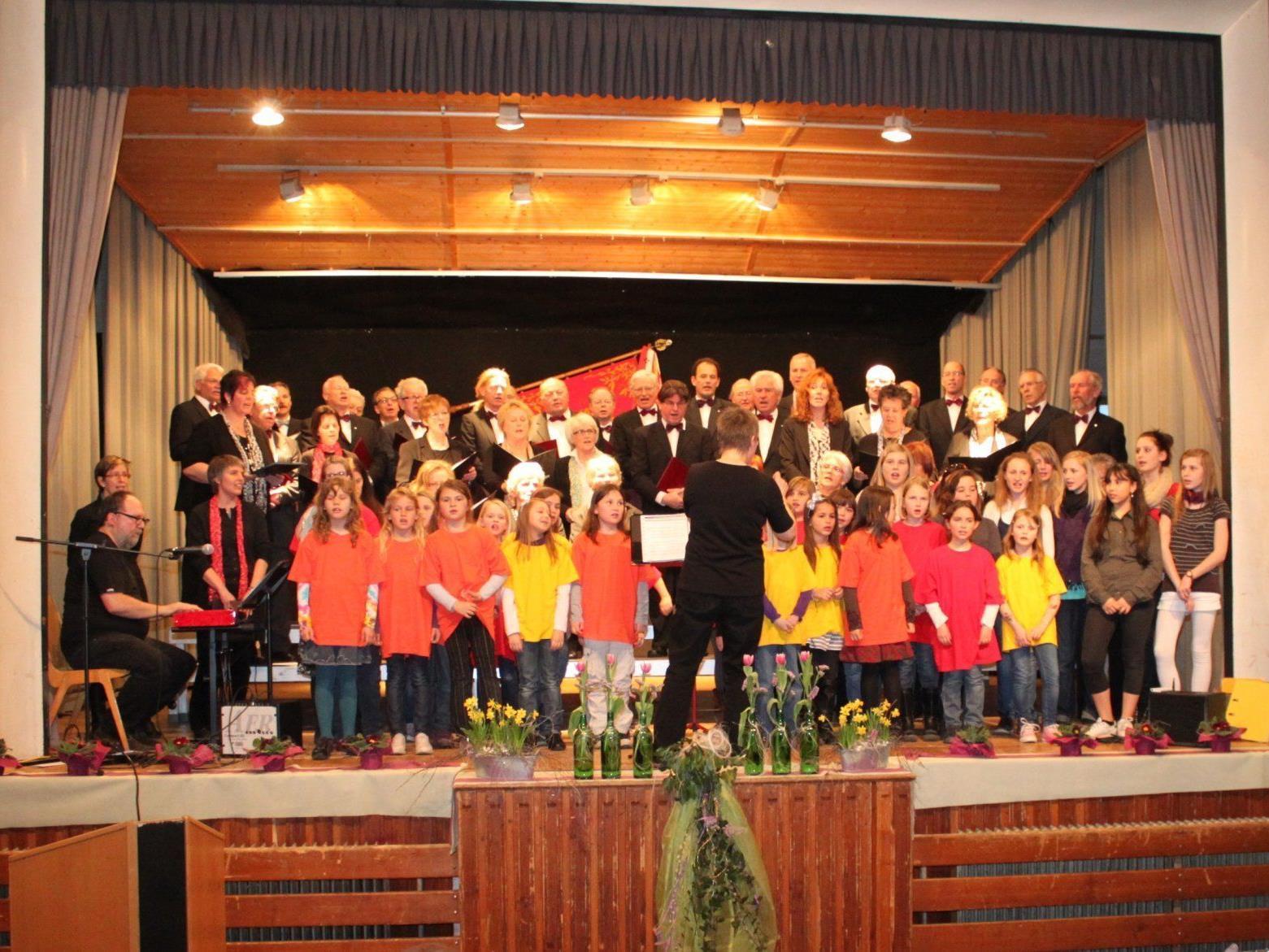 Jung und Alt singen und musizieren gemeinsam für ein begeisterungsfähiges Publikum.