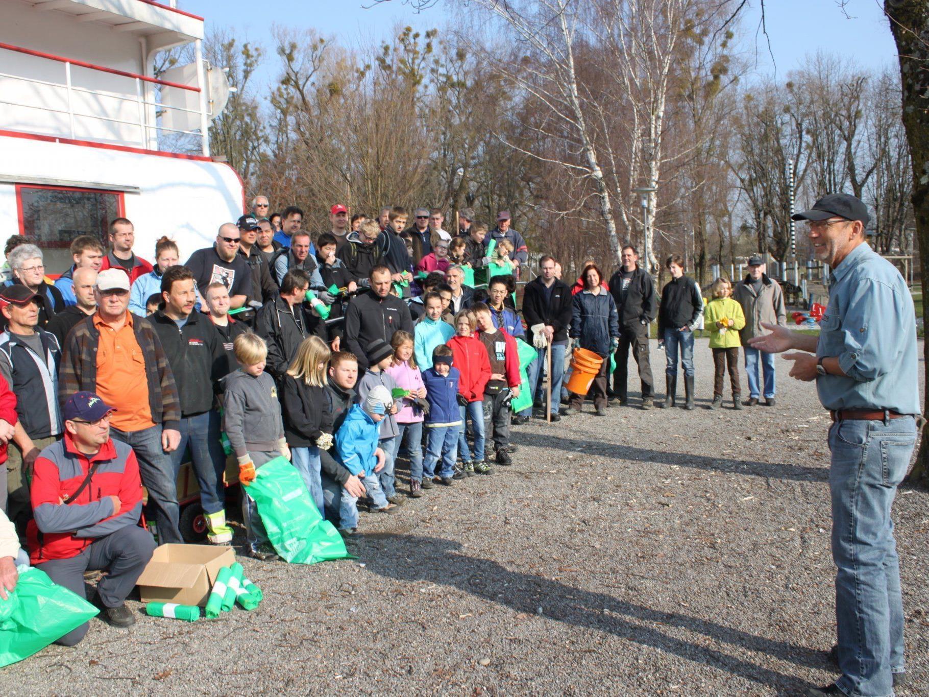 Bürgermeister Xaver Sinz freute sich über so viele freiwillige Helferinnen und Helfer.