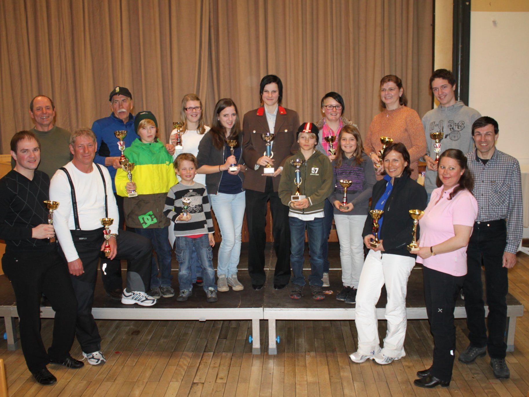 Die Klassensieger der Ortsvereine-Schimeisterschaft mit Peter Hehle und Wolfgang Hemetsberger.
