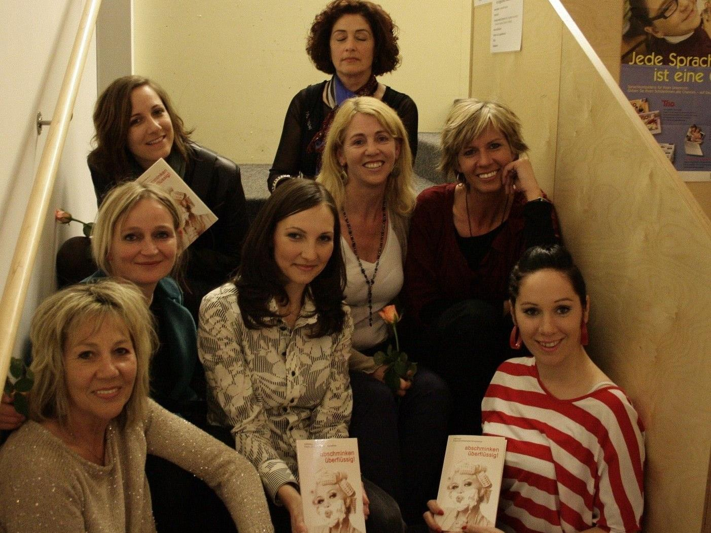 Lesung der Autorinnen der Frauenschreibwerkstatt in der Bibliothek Götzis mit der Leiterin der Frauenschreibwerkstatt Evelyn Brandt (li).