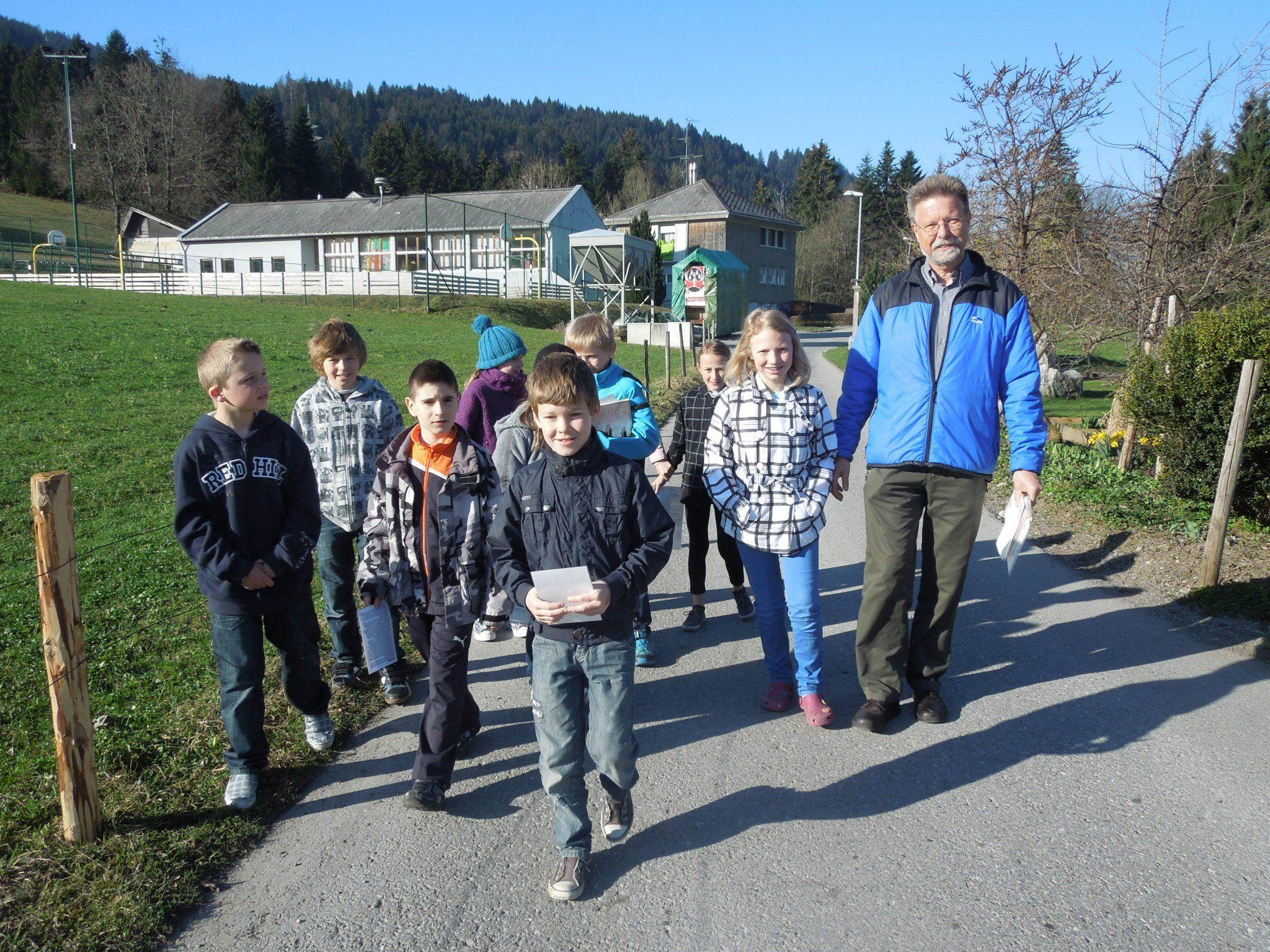 Die Kinder der VS Winsau brachten die Sagen zu den Bewohnern ihrer Nachbarschaft.
