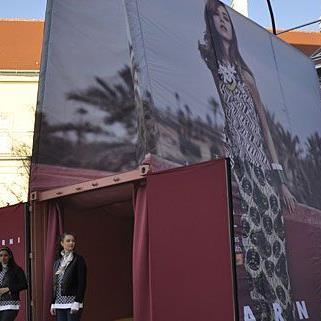 In diesem überdimensionalen Einkaufssackerl gibt es den Spot zur Marni at H&M-Kollektion zu sehen