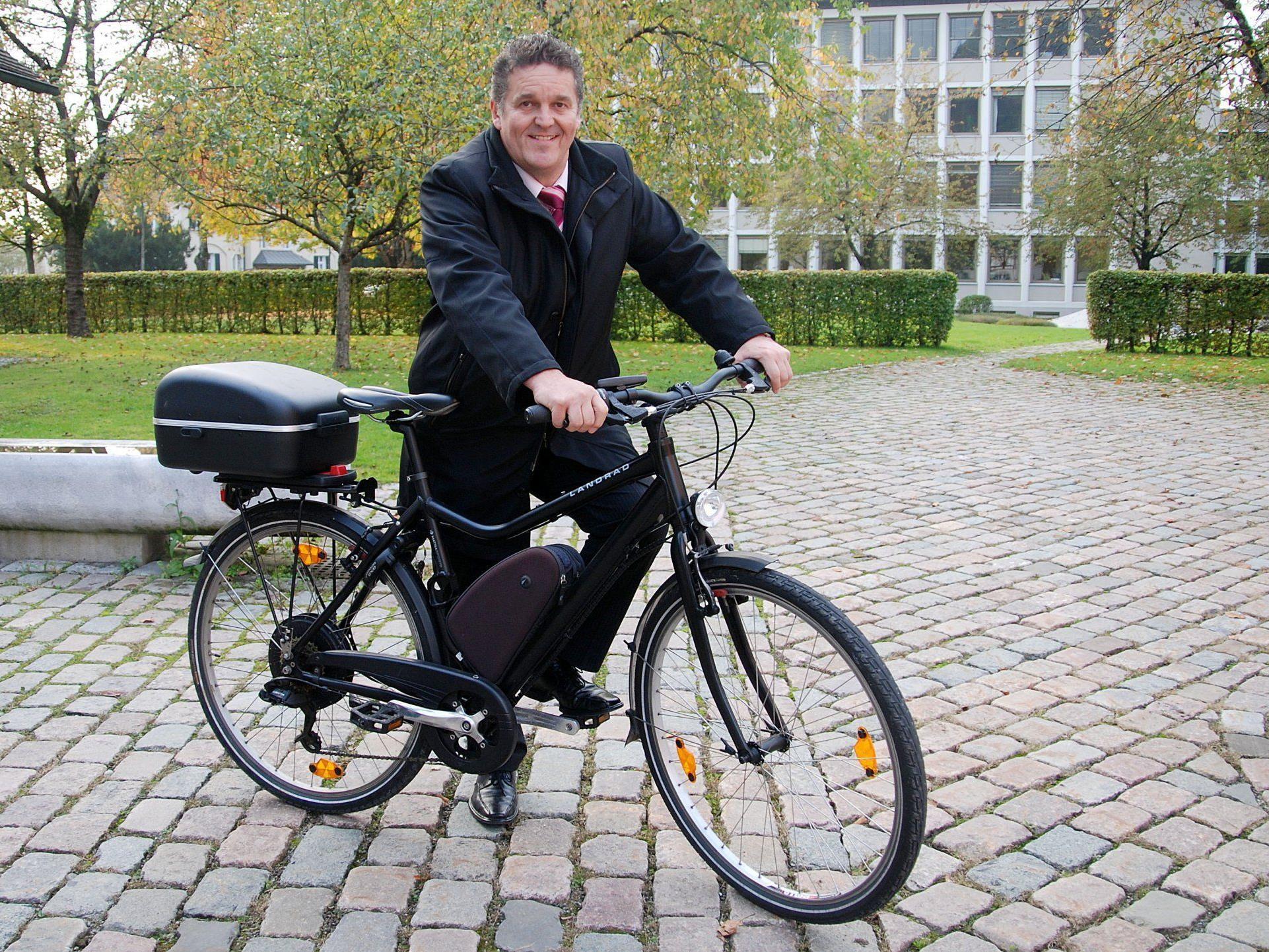 Bgm. Christian Natter legt fast alle Wege mit dem Fahrrad oder wie hier mit dem E-Bike zurück.