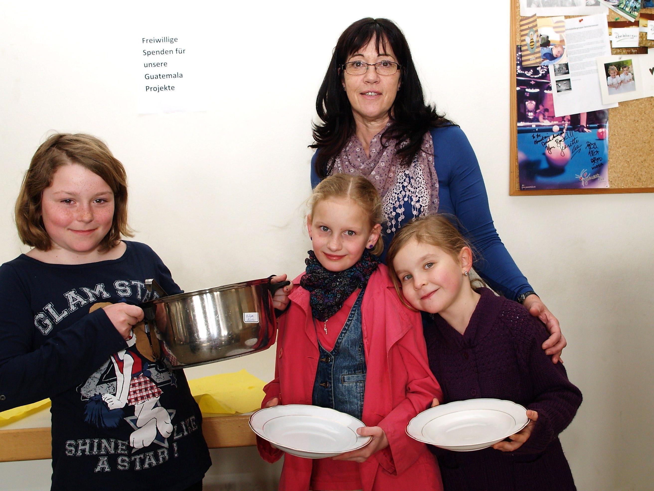 Carmen Nachbaur mit Katharina, Amelia und Lena am Suppensonntag in Batschuns.