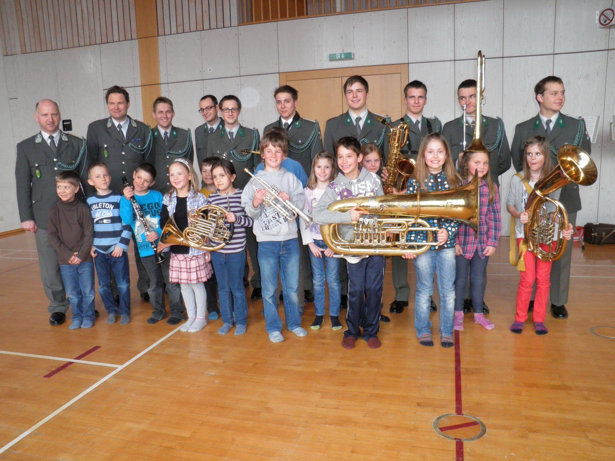 Die Militärmusikanten mit den Volksschülern