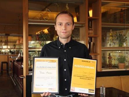 Inhaber Marcel Lerch präsentiert stolz die Auszeichnungen für 2011 und 2012 zum beliebtesten italienischen Lokal Vorarlbergs.