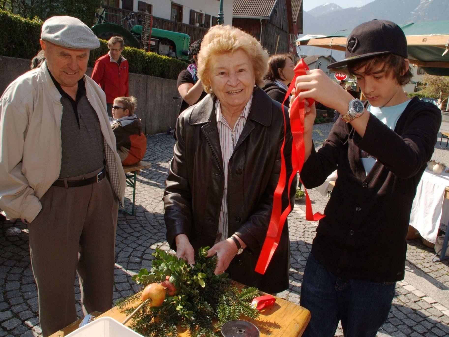 Frühjahrsmarkt und Palmbuschbinden am Thüringer Dorfplatz.