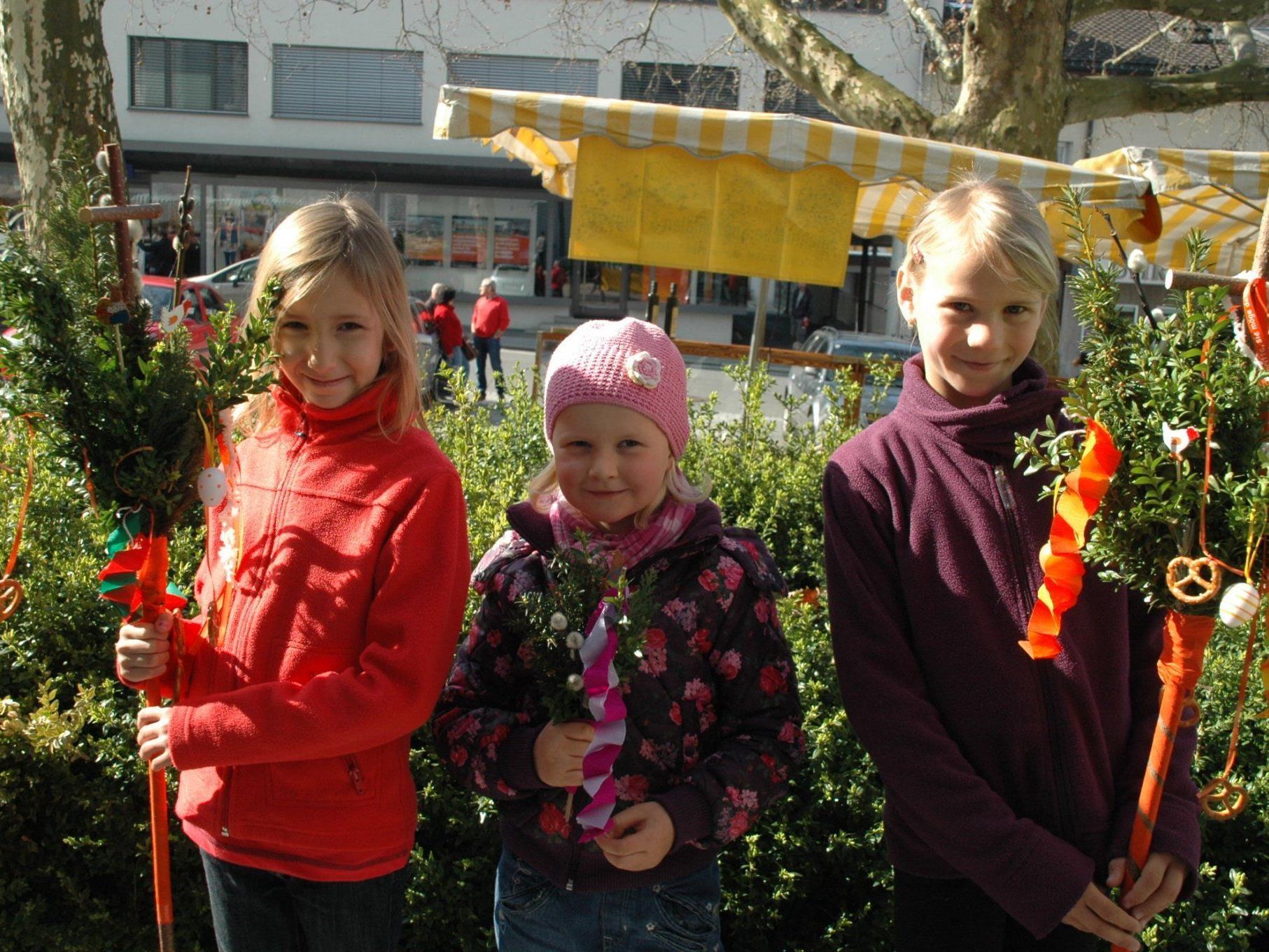 (v.l.) Sarah-Lena, Katharina & Lisa-Maria waren auch beim Palmbuschenbinden mit Freude dabei!
