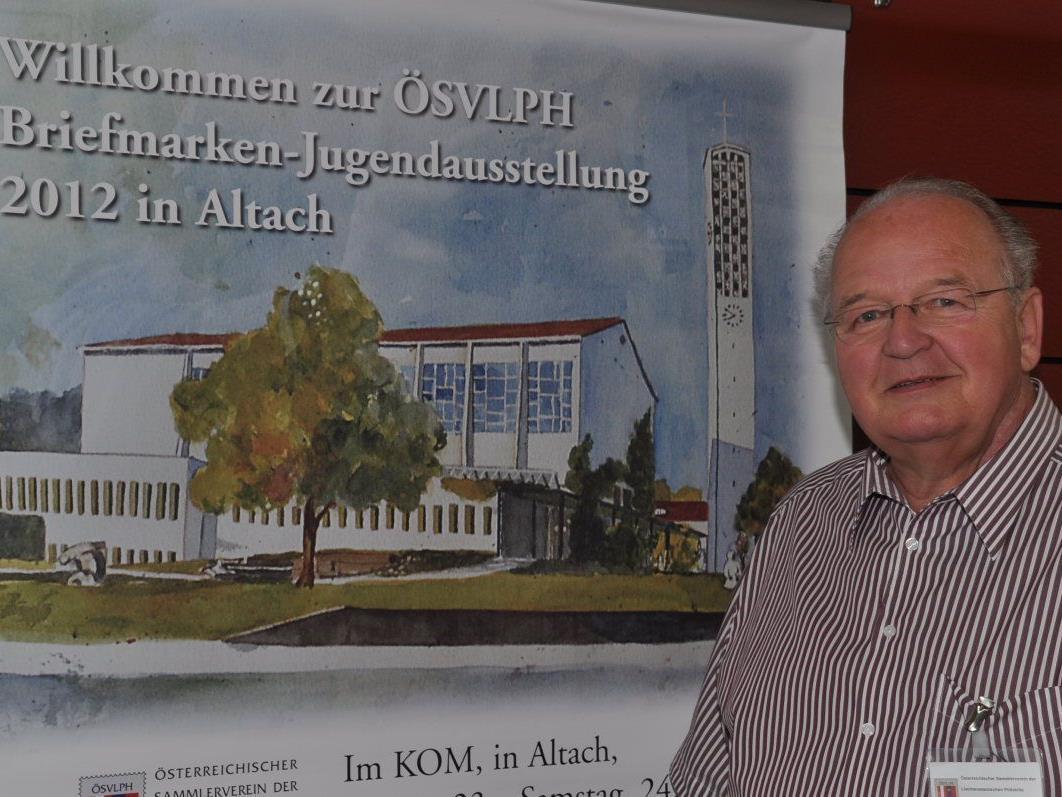 Othmar Gabrielli vor der Ansicht der Sonderbriefmarke mit der Altacher Kirche.