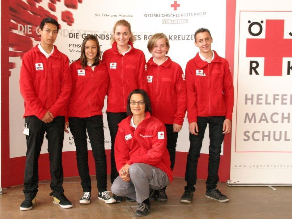 Petra Gebhard (kniend) freut sich über Verstärkung für die Jugendkreuzabteilung (stehend).