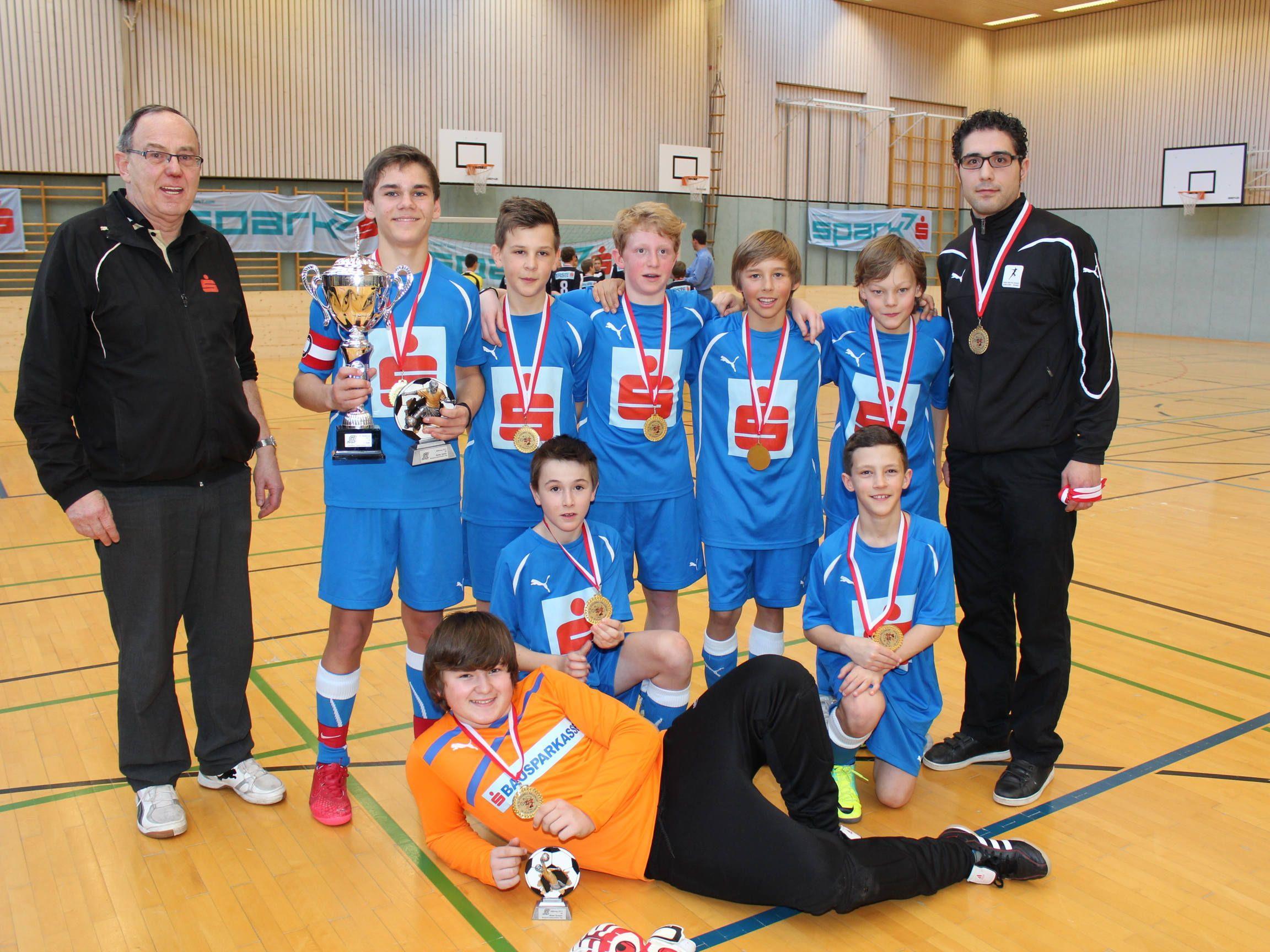 Das siegreiche Emser Team mit Trainer Dursun Kaya und SL-Referent Hubert Dünser.