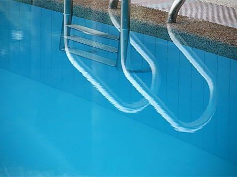 Schwimmtrainer muss drei Zeugen in die Augen blicken.