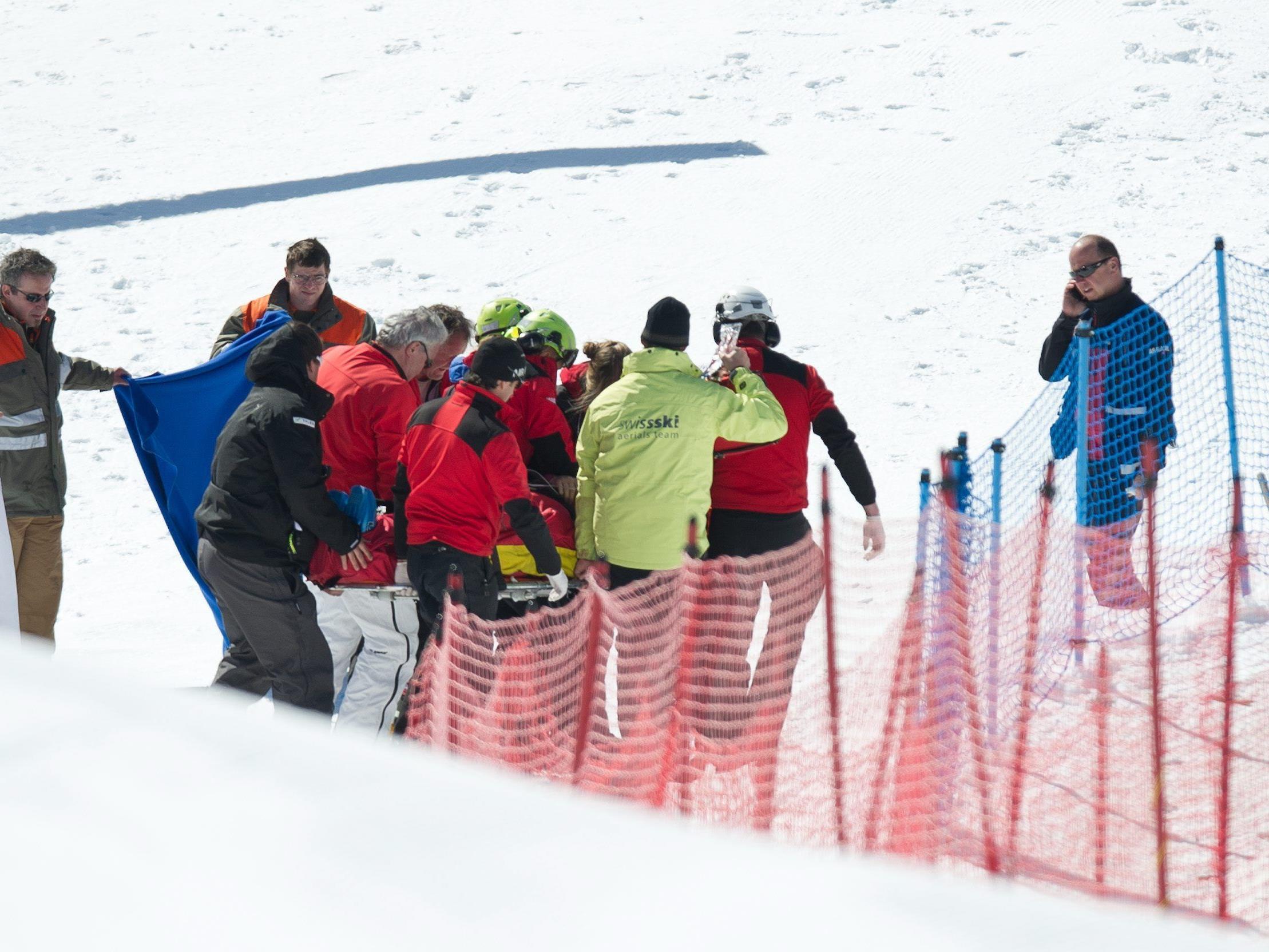 Skicrosser Zoricic wird nach dem Skicross-Rennen in Grindelwald schwer verletzt abtransportiert.
