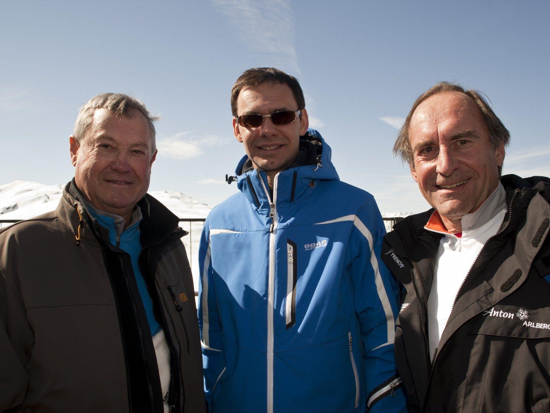 v.l.n.r. Helmut Fend; LH Mag. Markus Wallner; Dipl. Kaufm. Mario Stedile-Foradori auf der Sonnenterrasse des neu errichteten Bergrestaurants Muttjöchle.