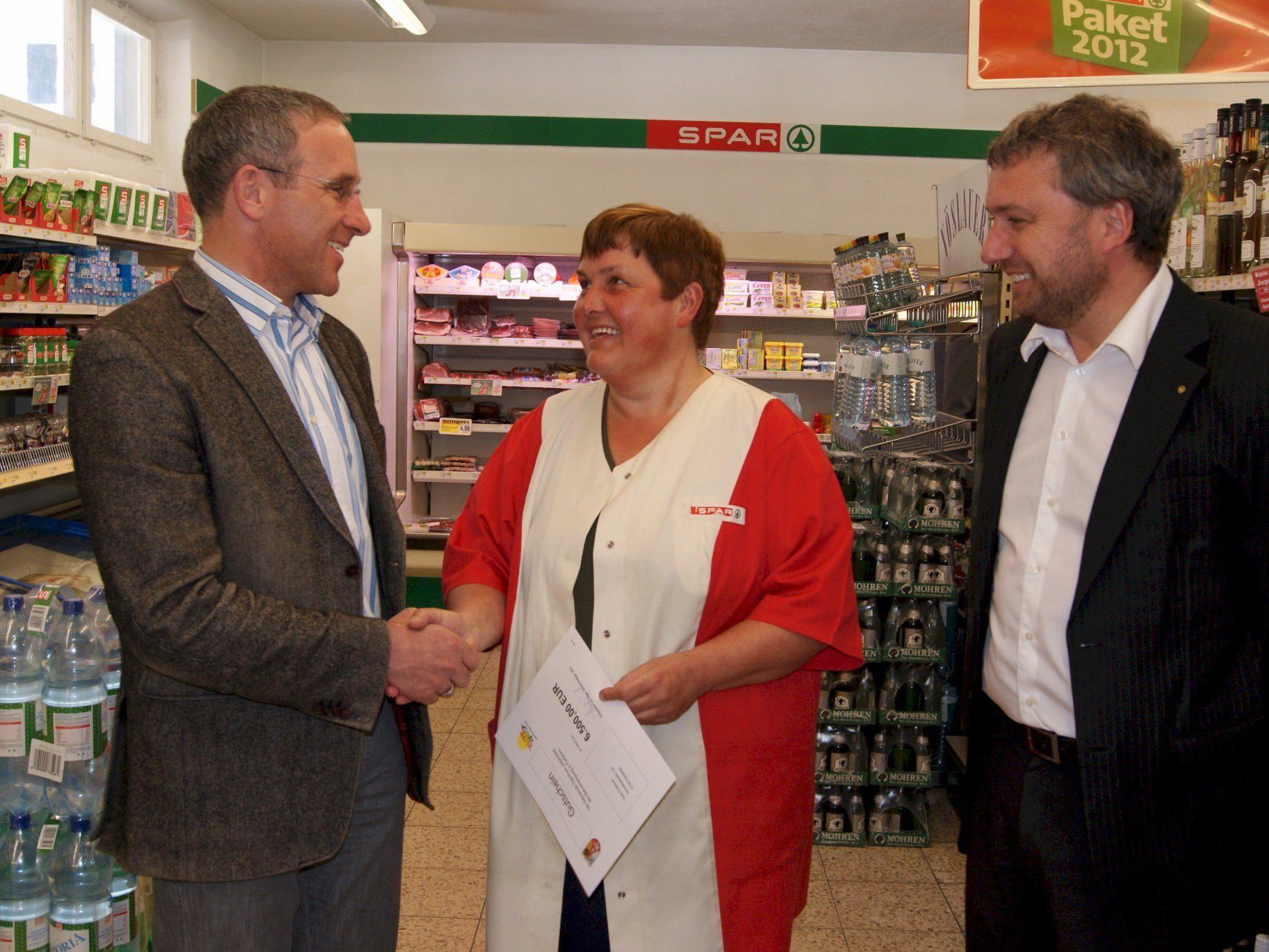 Geschäftsführerin Andrea Felder mit Bürgermeister Martin Netzer (l.) und Spar Vertriebsleiter Thomas Schwärzler