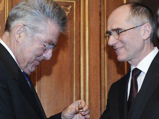 Bundespräsident Heinz Fischer (l.) gratuliert Bruno Schneeweiss.