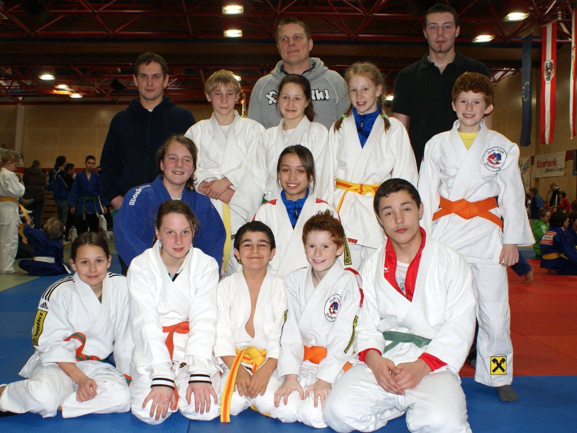 Vbg. Judoteam mit den Trainern Andreas Wieland, Patrick Rusch und David Böhler (vo li)
