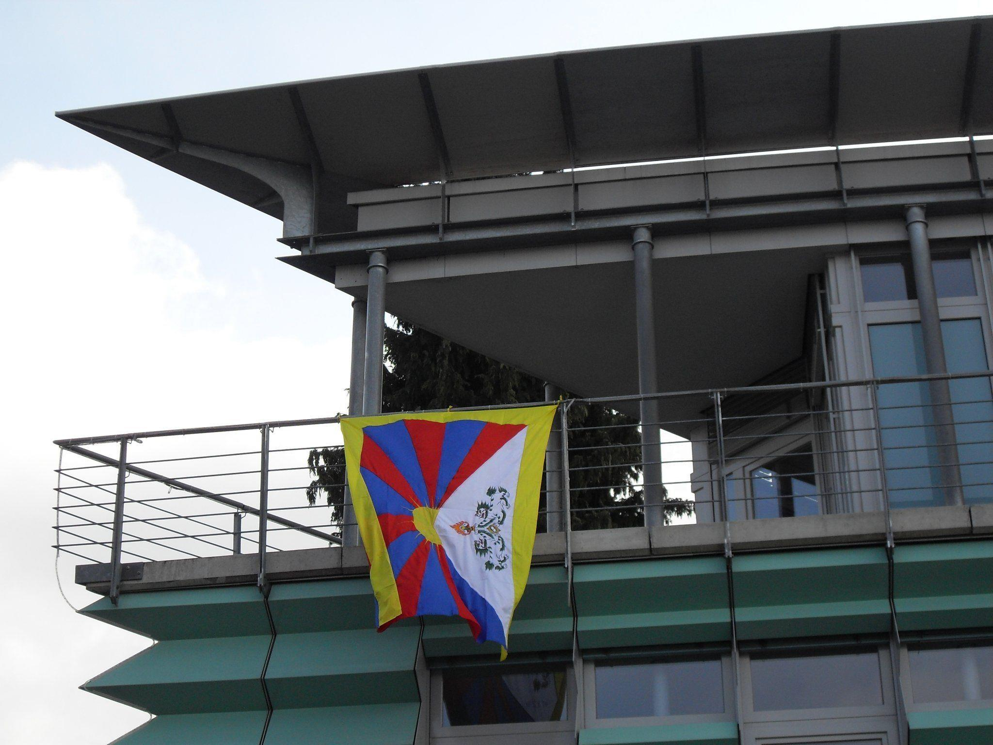 Die Tibetfahne weht vom 9. bis 17. März vom Rathaus.