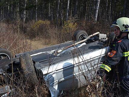 Die Feuerwehr musste den Unfallwagen nahe der A2 bergen