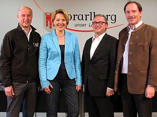 v.l.: Raimund Frick (interimistischer VVV-Geschäftsführer), Landesrätin Andrea Kaufmann, Kulturhäuser-Geschäftsführer Werner Döring, Dietmar Haller (Verkehrsverbund).