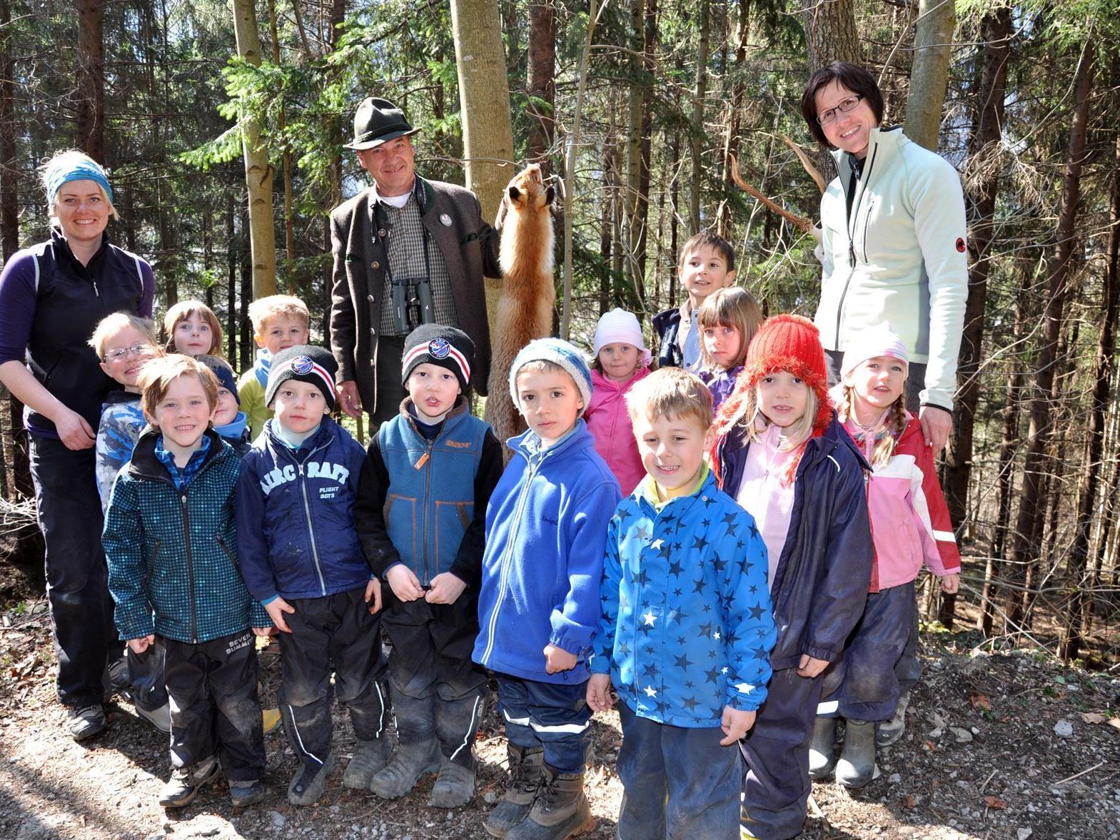 Die Kinder waren begeistert von den Ausführungen des Jagdaufsehers Dietmar.