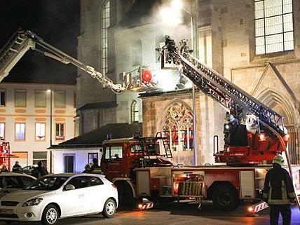 Viel Rauch und Feuer, aber keine Verletzten beim Dombrand in Wiener Neustadt