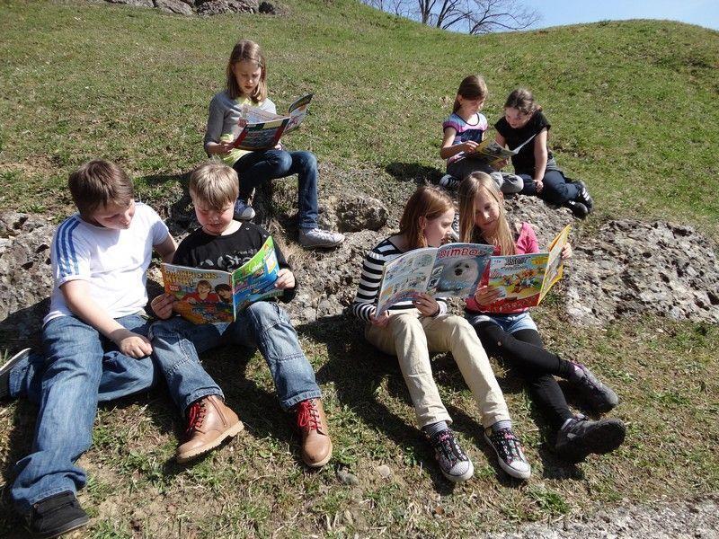 Das Lesen von Zeitschriften machten den Volksschülern großen Spaß.