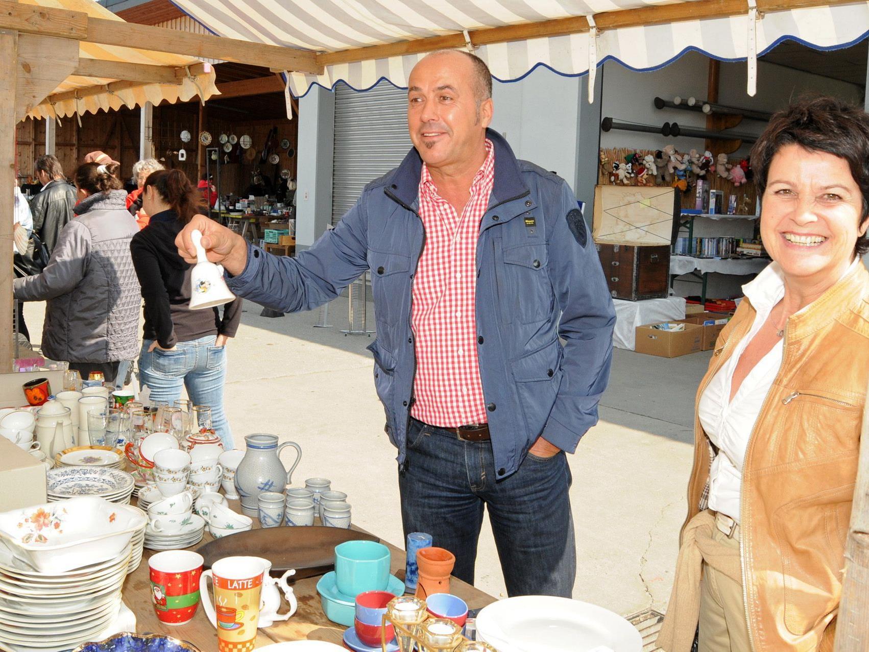 Eine Sitzungsglocke für Vizebürgermeister Herbert Sparr beim Flohmarkt im Bauhof Höchst