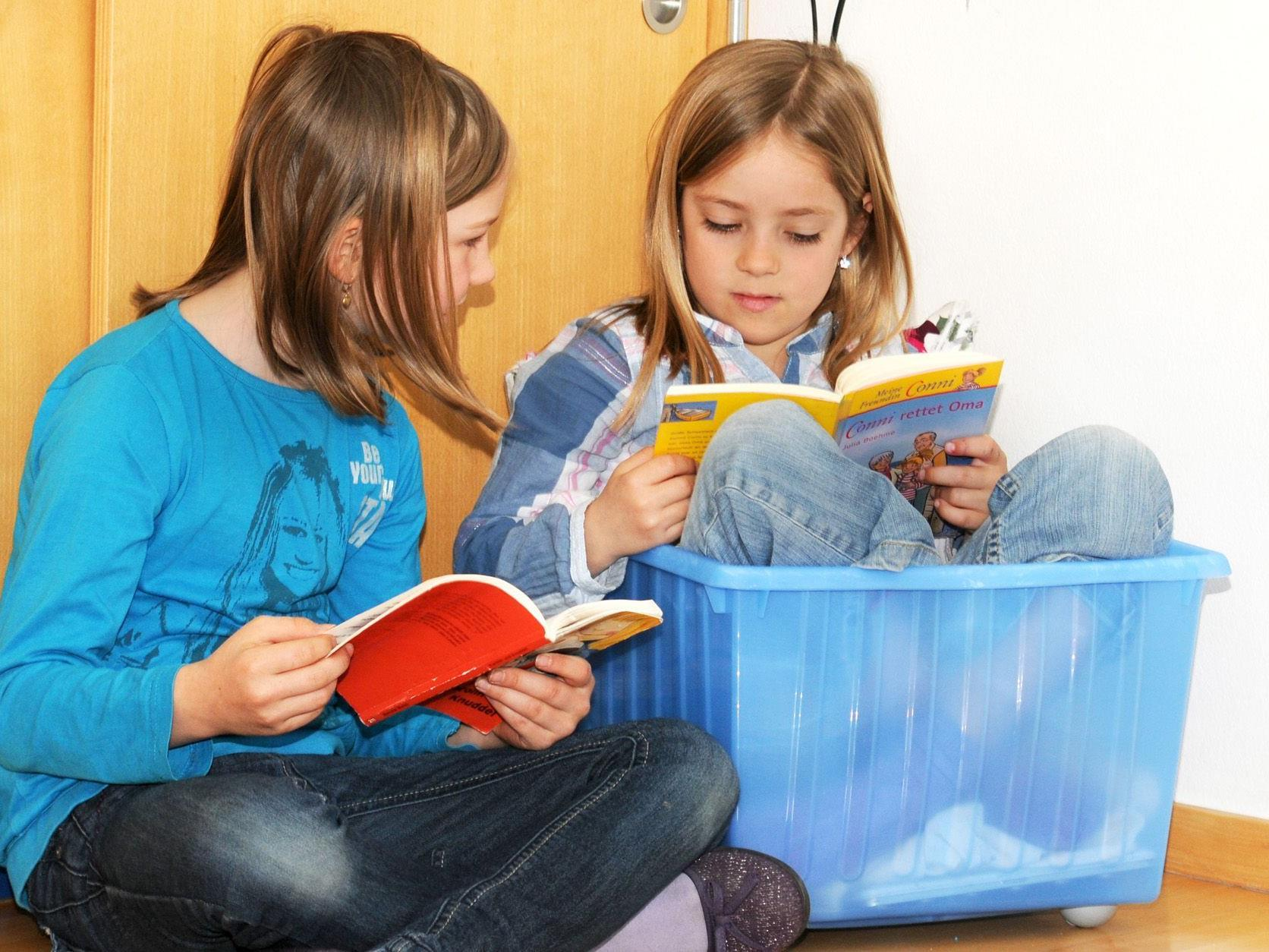 Selbst die Box für die Wasserfarben eigent sich in der Volksschule Gaißau als Lesenest.