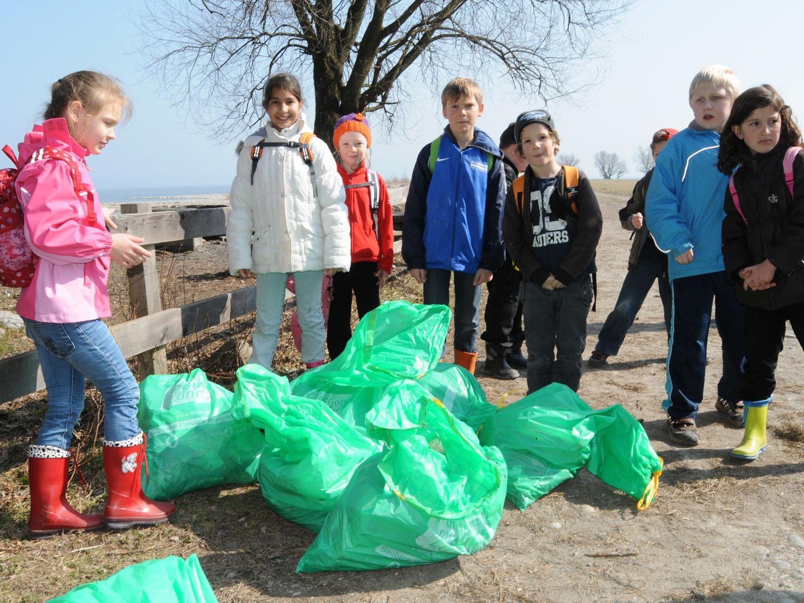 Die Gaißauer Volksschüler füllten am Freitag imm Rheinholz zahlreiche Müllsäcke.