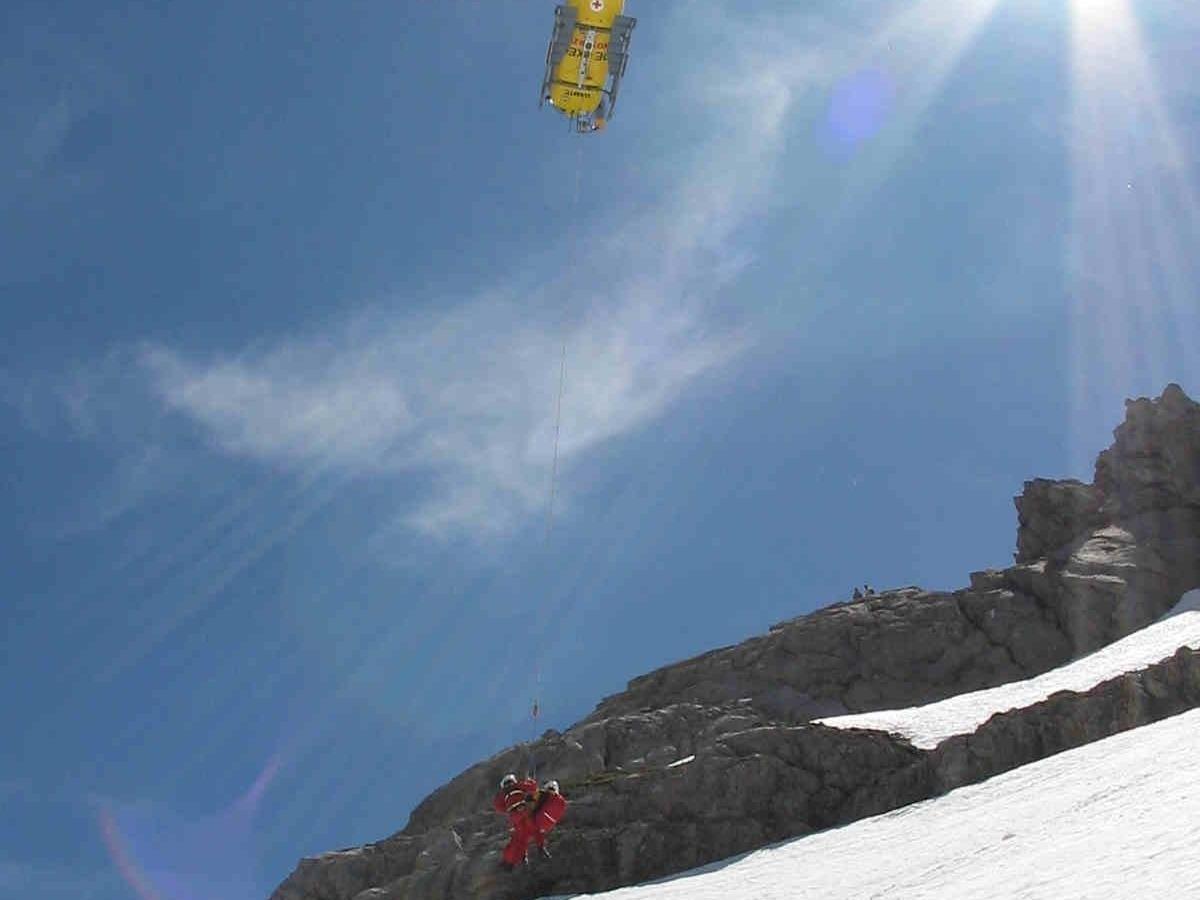 Zwei Wintersportler aus steilem, felsdurchsetztem Gelände geborgen