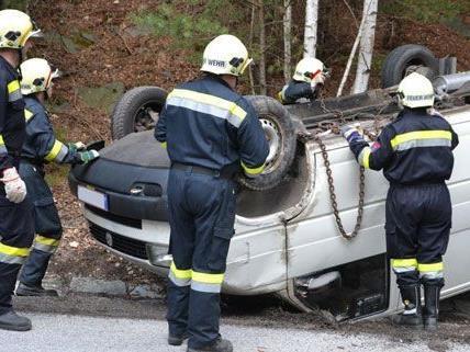 Als die Feuerwehr am Freitagmittag an der Unfallstelle ankam, war der Lenker des überschlagenen Kleinbus nicht mehr vor Ort.