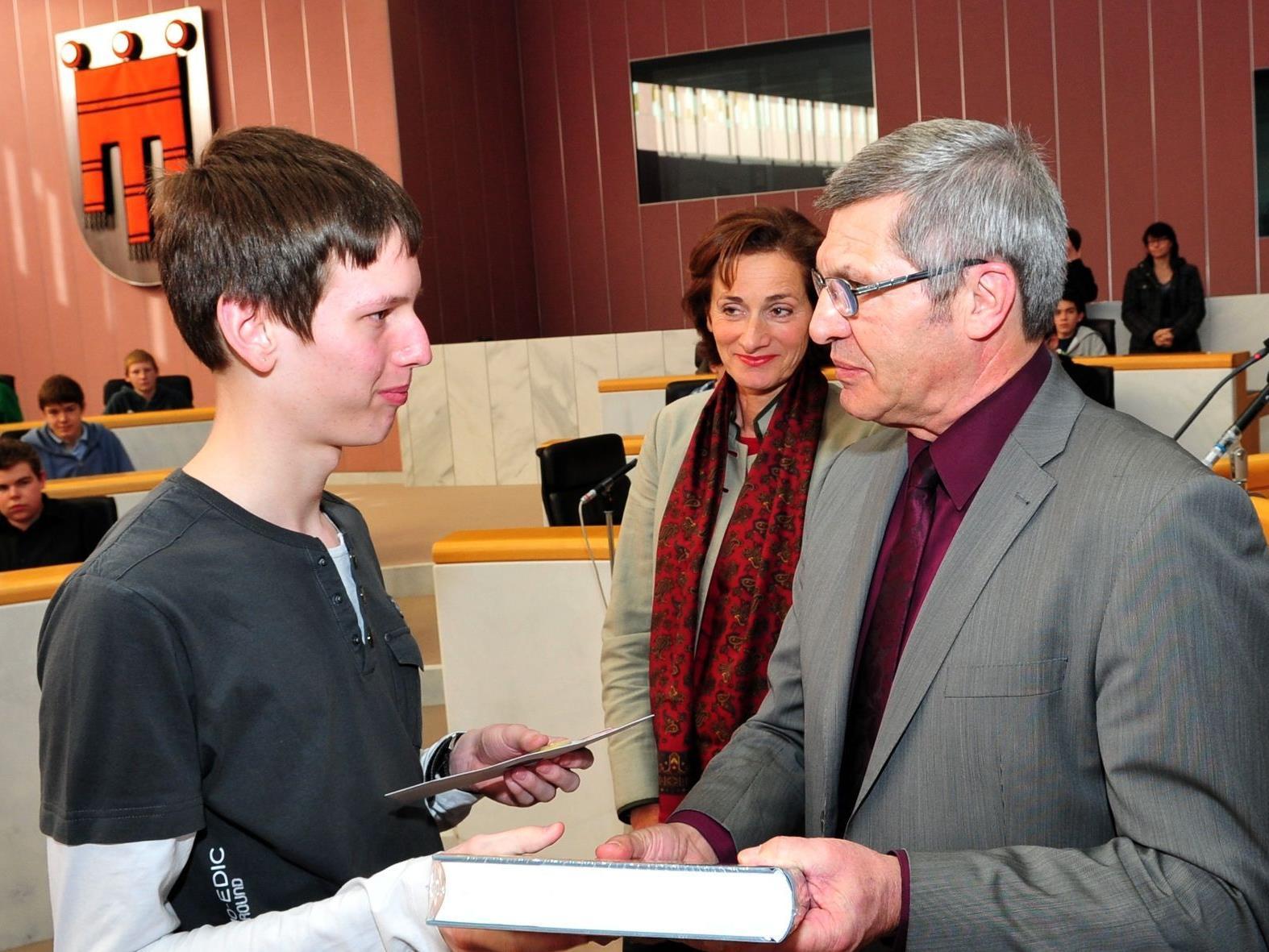Landtagspräsidentin Mennel, Landesrat Stemer und der Organisator des Europa-Quiz, Prof. Markus Amann, gratulierten bei der Siegerehrung den Besten