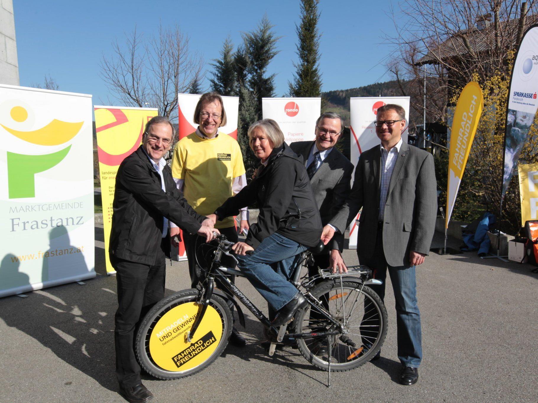v.l.: Bürgermeister Eugen Gabriel, Mobilitätsmanager Martin Scheuermaier, Peter Steurer (Landesschulrat), Günter Wehinger (Fa. Rondo-Ganahl), Renate Tscbofen (Aqua Mühle)