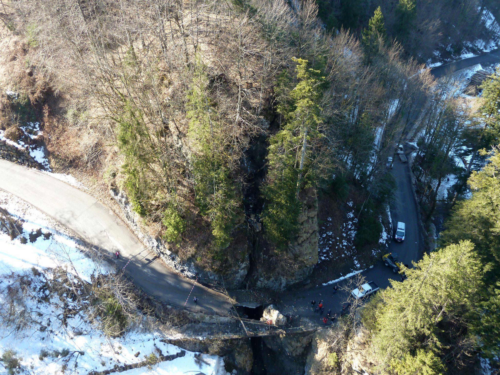 Felssturz ließ Brücke einstürzen.