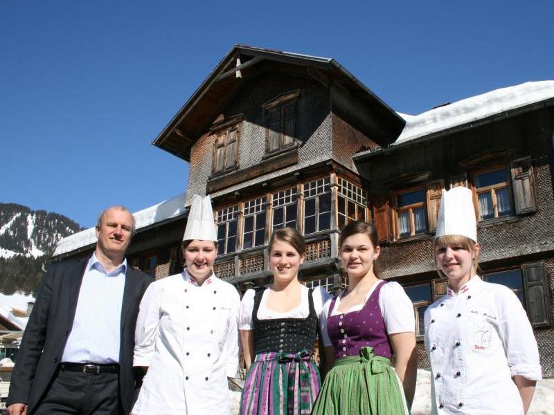 """Mit Riccarda Lässer, Daniela Kopf, Magdalena Gasser und Michaela Natter hat Dir. Andreas Kappaurer den """"Löwen"""" in Au aufgeweckt."""
