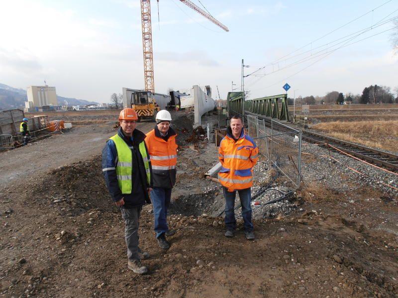 Diesmal ist die Neubaumaßnahme weit umfangreicher, erläutern Projektleiter Gelmann, Jürgen Stütler und Markus Leitner beim Lokalaugenschein.