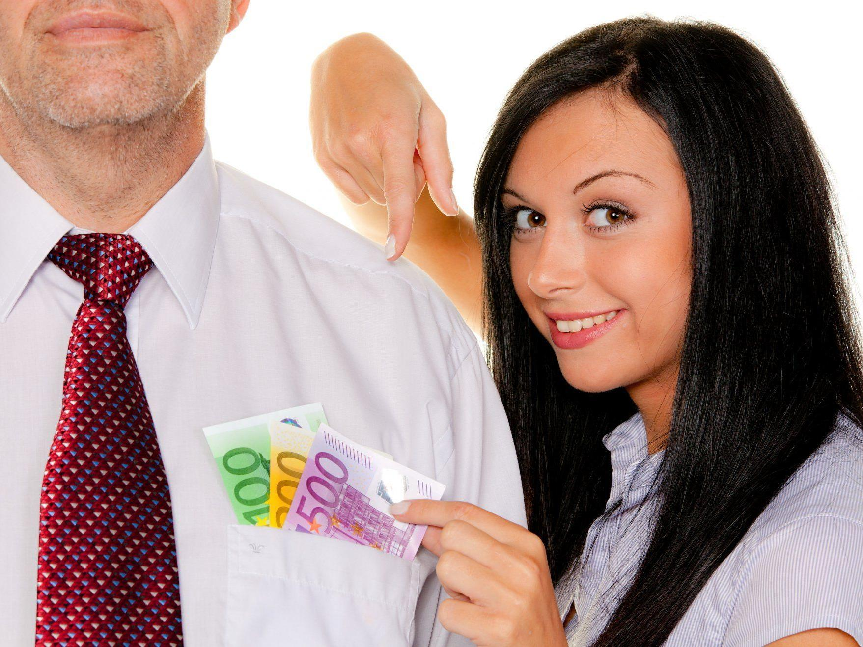Unterstützung für in finanzielle Not geratene Partner kommt vor allem seitens der Männer.