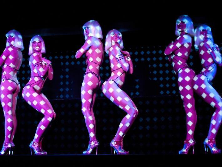 Design trifft Kabarett: Feurige Show der Crazy Horse-Tänzerinnen