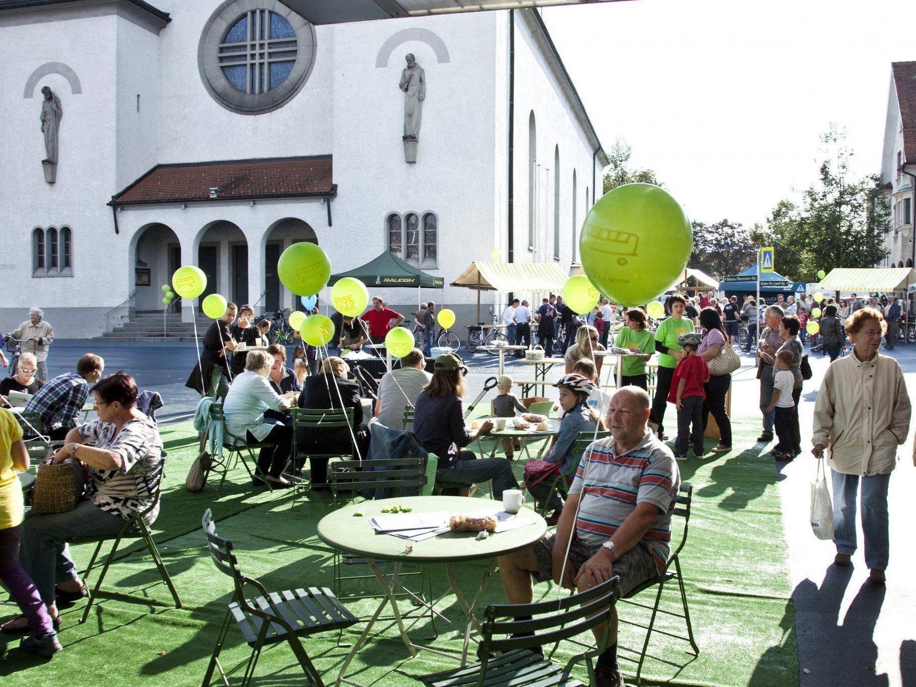 Der Kirchplatz verwandelt sich in einen informativen Marktplatz.
