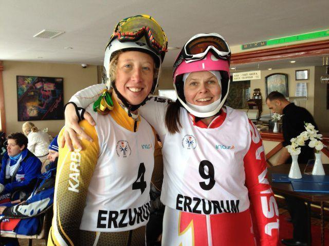 Heidi Mackowitz (rechts) mit ihrer Erzrivalin, aber guten Freundin Nicole Harris aus Australien. Während Mackowitz im Super-G gewann und Harris Zweite wurde, war es im Riesentorlauf und in der Kombination genau umgekehrt
