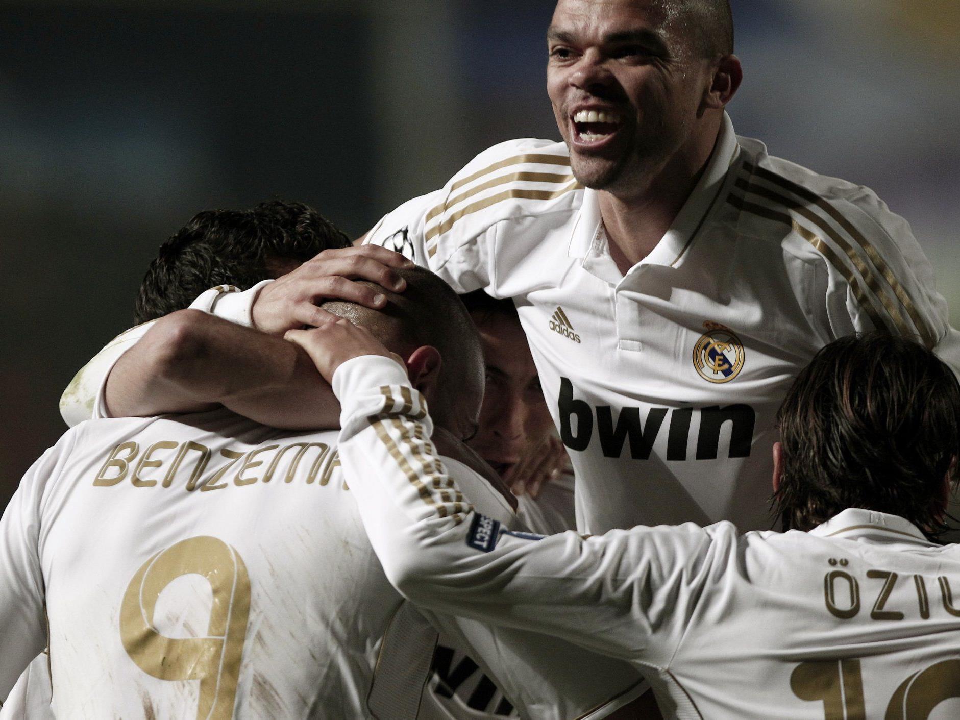 Real Madrid Spieler feiern Tore gegen APOEL Nicorsia.