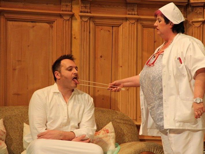 Hypochonder Max (Simon Neuhauser) wird von Schwester Agathe (Monika Gabriel) untersucht.