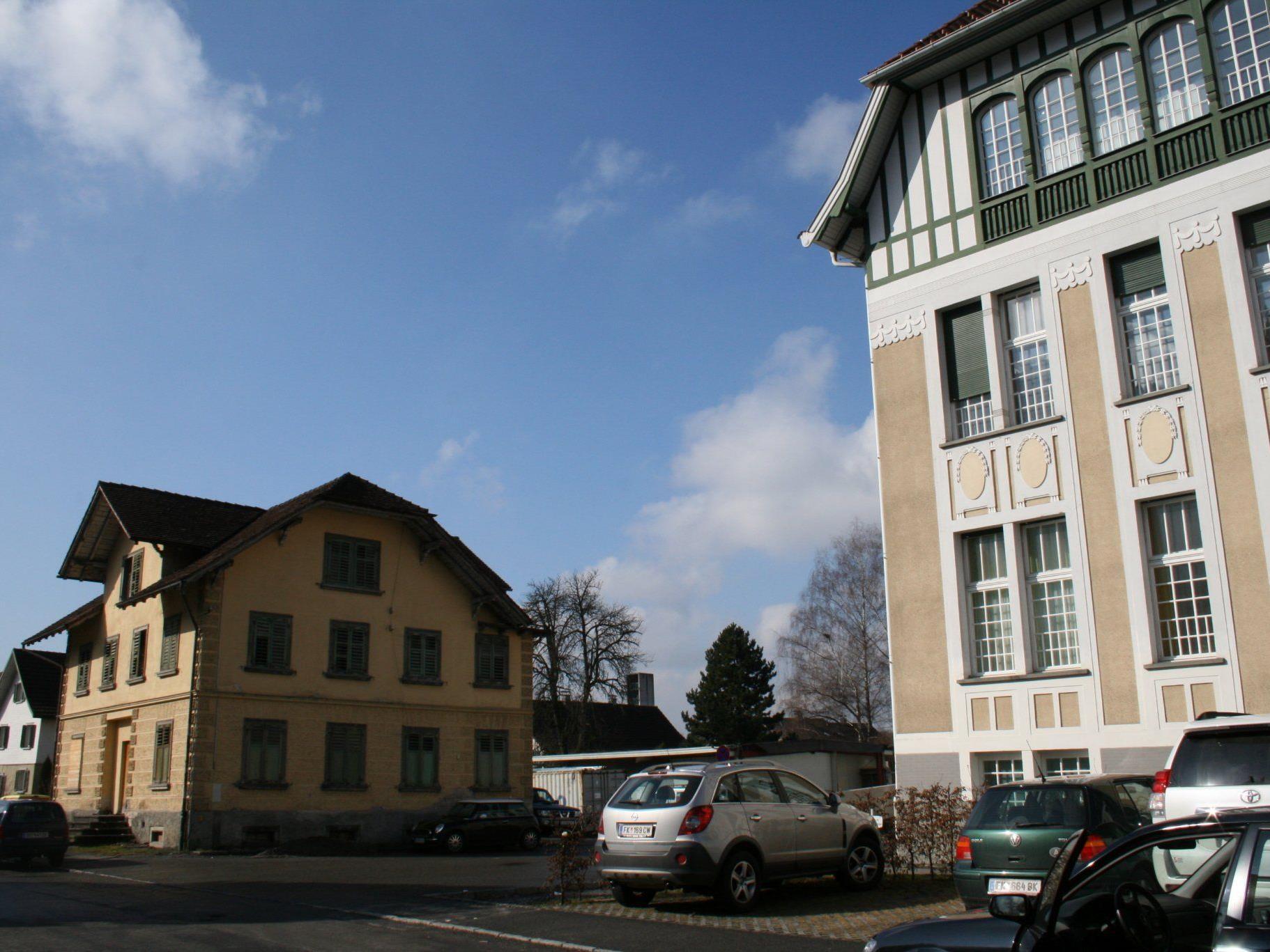 """Auf dem abbruchreifen """"Neudörferhaus""""-Areal (links) soll RK-Stützpunkt gebaut werden."""