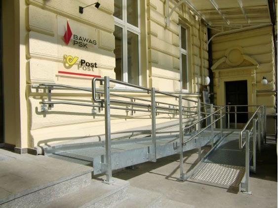 Zwischenzeitlich wurde beim Postamt eine behindertengerechte Rampe errichtet.