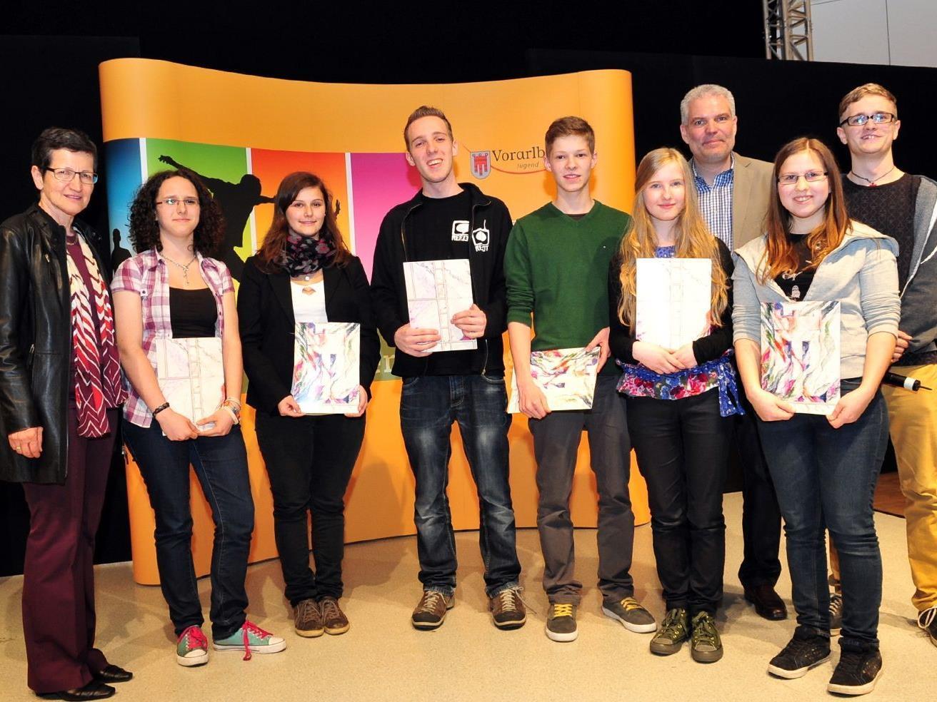 Landesrätin Schmid und Jugend-Fachbereichsleiter Thomas Müller gratulierten den Siegern des Landes-Jugendredewettbewerbes 2012