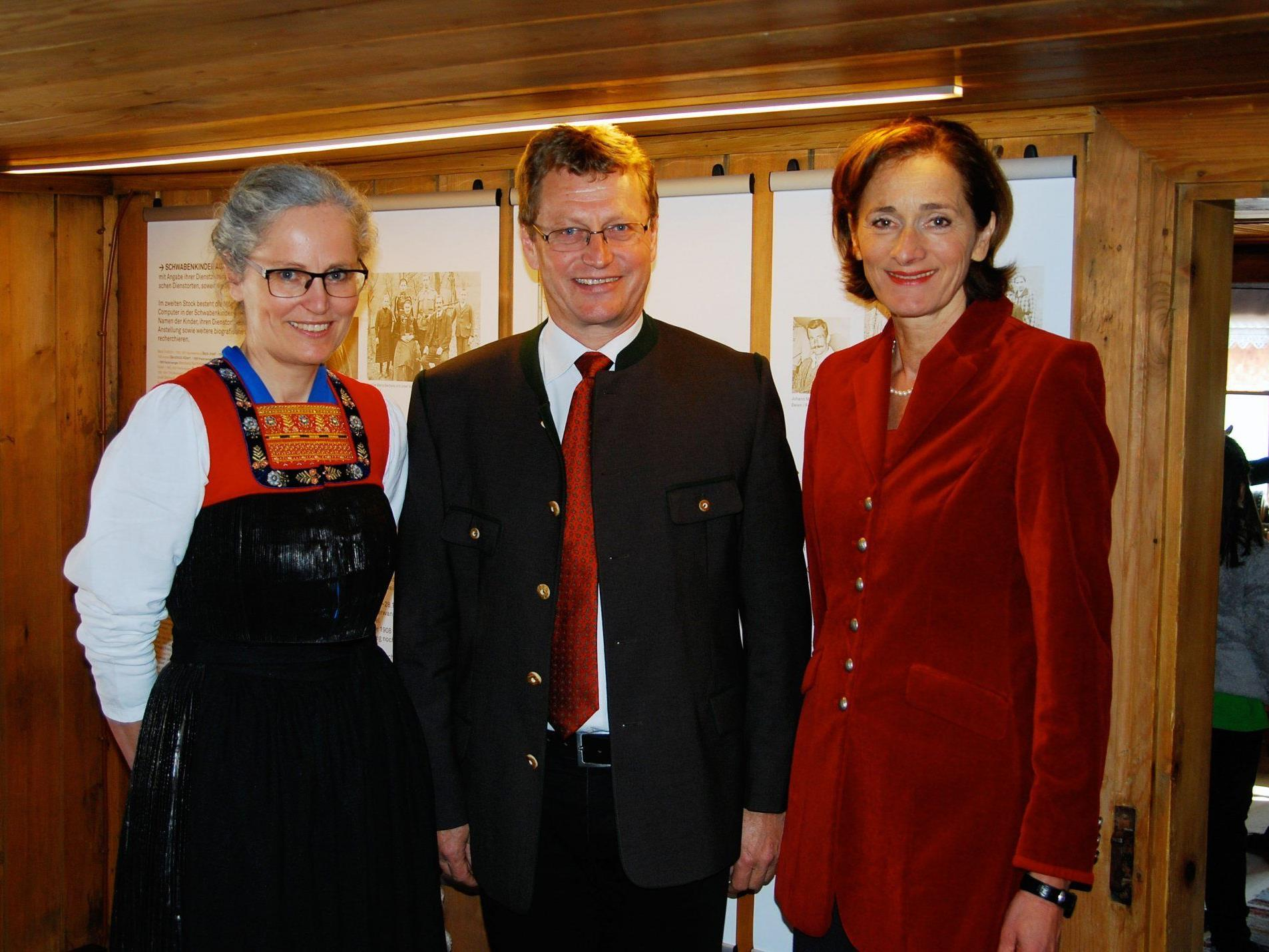 Kuratorin Anneliese Nigsch, Bgm. Armin Berchtold, LTP Bernadette Mennel.