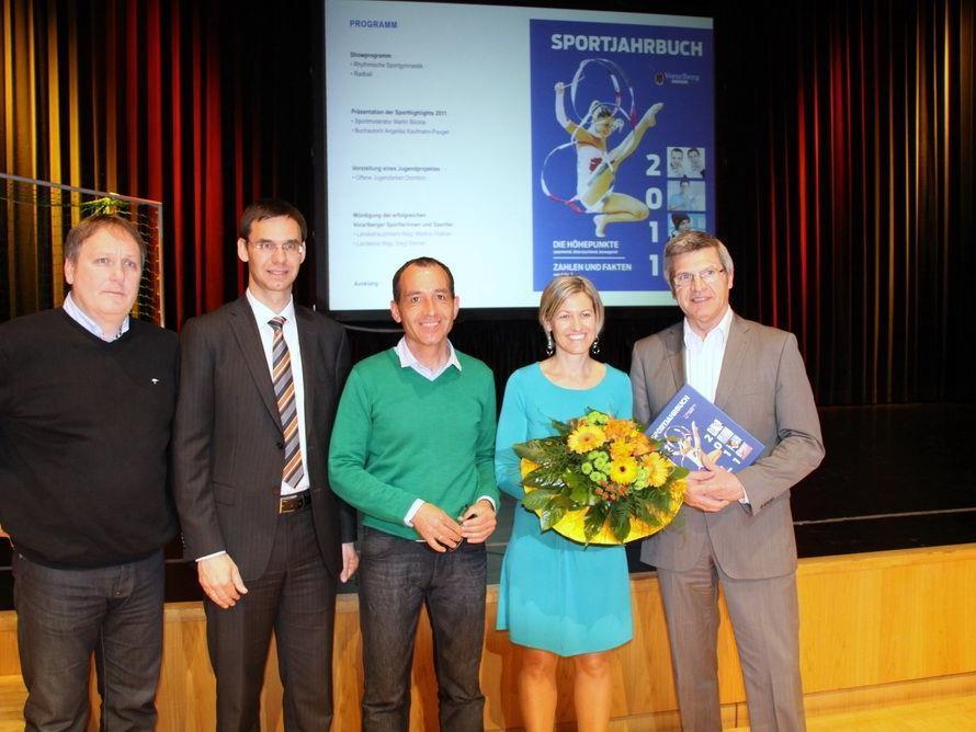 Als Dank für die erbrachten Leistungen gab es von der Prominenz das neue Sportjahrbuch.